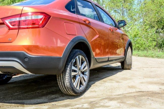 Правое заднее колесо обновленного седана Лада Веста кросс 2019 года производства