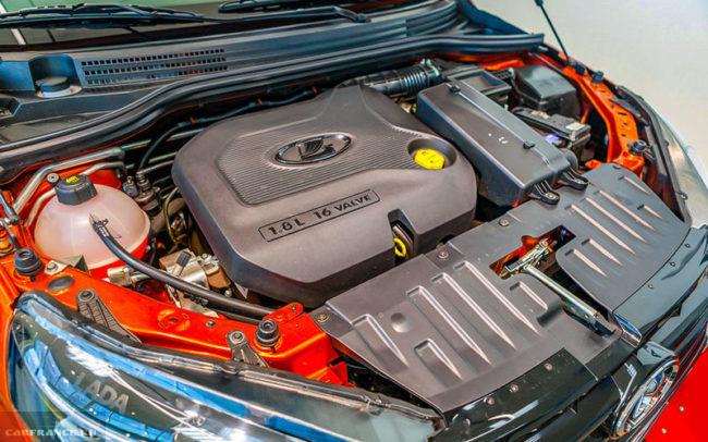 16-клапанный двигатель в моторном отсеке новой Лада Веста кросс 2019 года