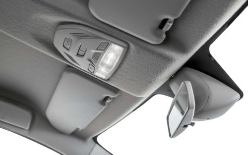 Кнопки включения салонного света на потолке автомобиля Лада Веста кросс 2019 года