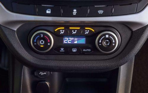 Блок управления климатом на передней панели в автомобиле Лада Веста кросс 2019 года