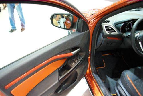 Внутренняя отделка водительской двери в Лада Веста кросс 2019 года