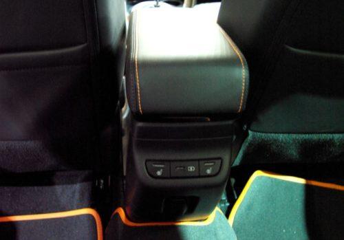 Блок управления комфортом для задних пассажиров в седане Лада Веста кросс 2019