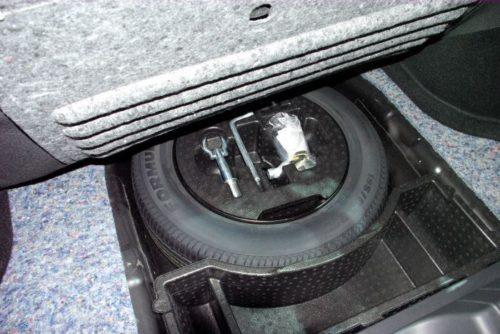 Полноразмерная запаска под фальш-панелью багажника в новом Лада Веста кросс 2019 года