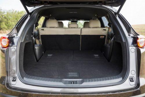 Багажное отделение внутри кроссовера Mazda CX-9 2019 года при откинутых сидениях третьего ряда