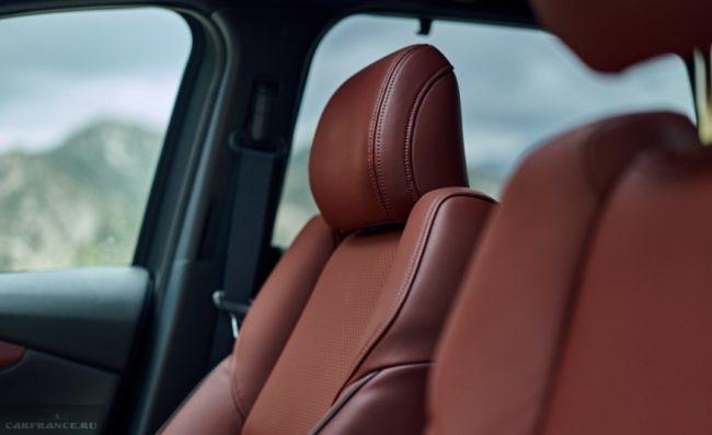 Коричневая кожа на сидениях первого ряда в салоне Mazda CX-9 2019 года выпуска