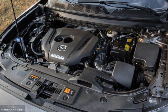 Бензиновый двигатель в моторном отсеке кроссовера Mazda CX-9 2019 модельного года