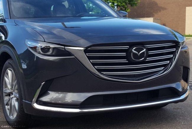 Крупная решетка радиатора на кроссовере Mazda CX-9 2019 года в черном кузове