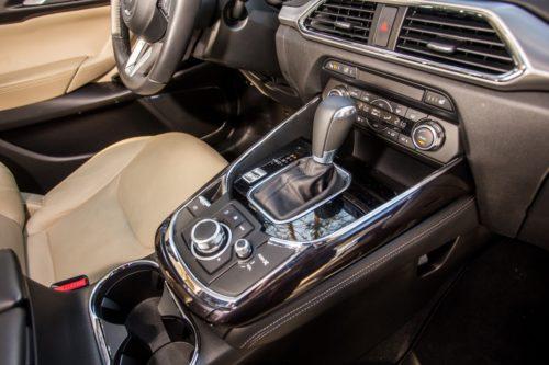 Органы управления трансмиссией на центральной консоли в Mazda CX-9 2019 года