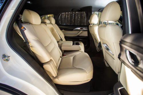 Светлая обивка пассажирских сидений в Mazda CX-9 2019 года