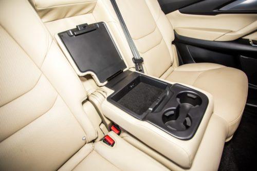 Открытая крышка подлокотника второго ряда сидений в Mazda CX-9 2019 года