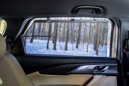 Солнцезащитная шторка на боковом стекле автомобиля Mazda CX-9 2019 года выпуска