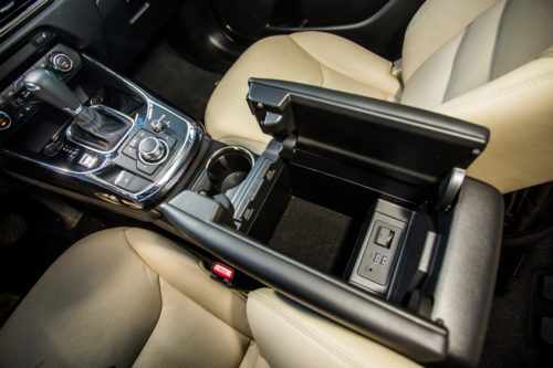 Внутренний отсек в подлокотнике автомобиля Mazda CX-9 2019 года производства