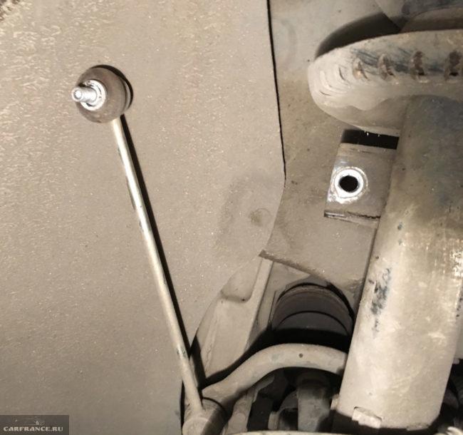 Снятие рычага стабилизатора с передней стойки автомобиля Фольксваген Поло седан