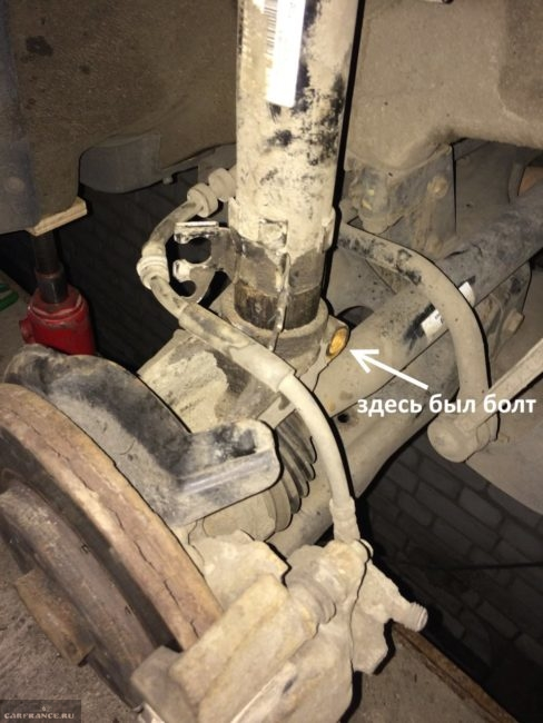 Снятие передний стойки бед демонтажа поворотного кулака на Фольксваген Поло седан