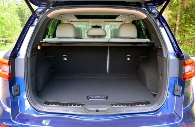 Открытый багажник в обновленной модели кроссовера Рено Колеос 2019 года синего цвета
