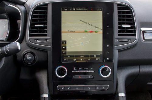 Сенсорный дисплей на передней консоли автомобиля Рено Колеос 2019 года выпуска