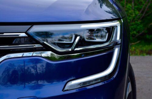Передняя блок-фара обновленного автомобиля Рено Колеос 2019 модельного года