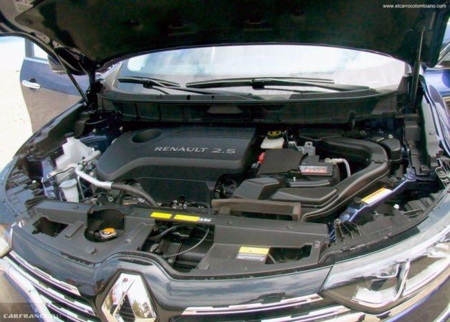 Моторный отсек кроссовера Рено Колеос 2019 с бензиновым мотором 2.5 литра