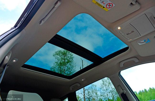 Потолок с панорамным люком внутри автомобиля Рено Колеос 2019 модельного года