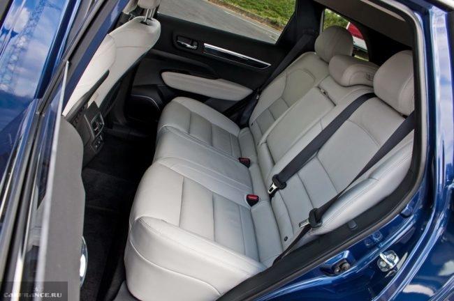 Кожаная обивка задних сидений автомобиля Рено Колеос нового модельного кузова