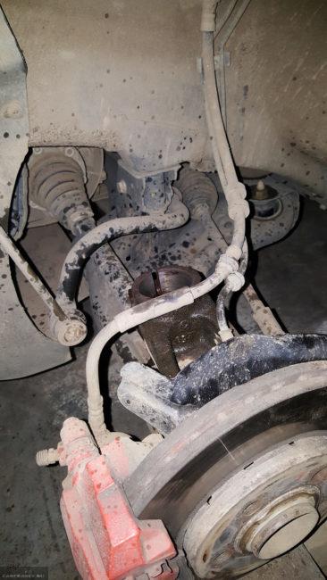 Место крепления переднего амортизатора в поворотном кулаке автомобиля Фольксваген Поло седан