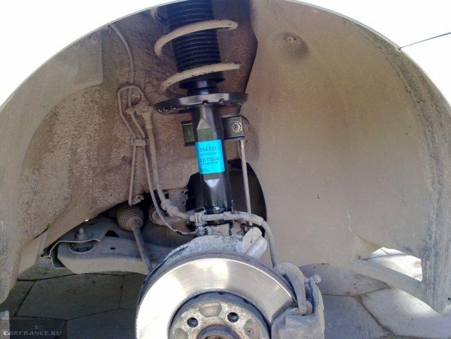Новая стойка в передней подвеске автомобиля Фольксваген Поло седан