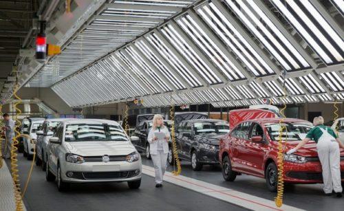 Проверка автомобилей Фольксваген Поло на конвейере завода в Калуге