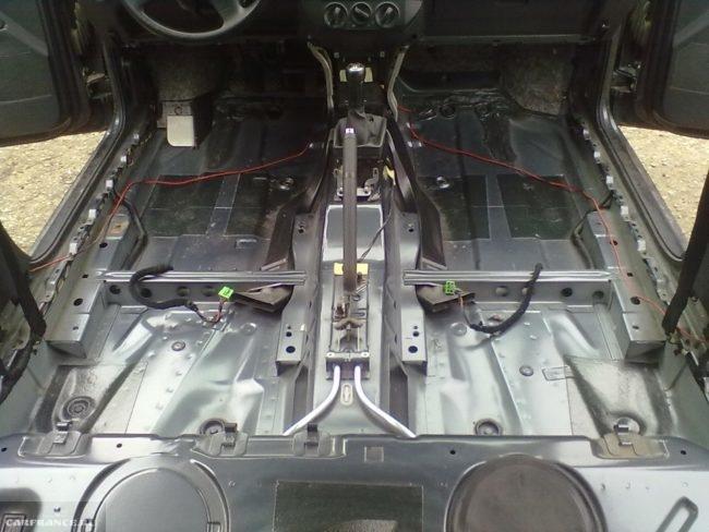Оцинкованное днище автомобиля Фольксваген Поло седан со стороны салона