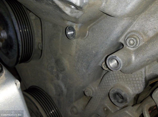 Места крепления натяжного ролика ремня генератора на корпусе двигателя Фольксваген Поло седан