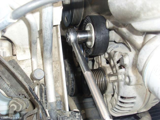 Откручивание обводного ролика ремня генератора на движке Фольксваген Поло седан