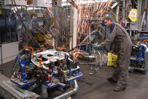 Ручная сварка кузовной детали на заводе Фольксваген