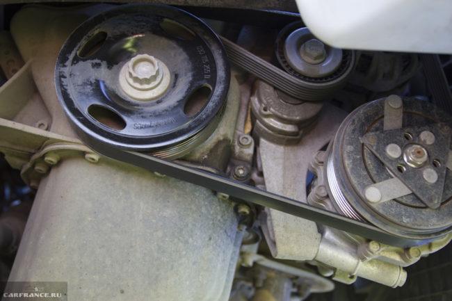 Ремень генератора и натяжной ролик на двигателе Фольксваген Поло седан, вид со снятым подкрылком