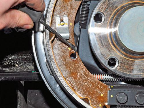 Снятие пружины с задней тормозной колодки на седане Фольксваген Поло седан