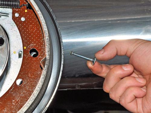 Снятие стойки тормозной колодки в заднем колесе автомобиля Фольксваген Поло седан