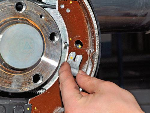 Извлечение скобы закрепления тормозной колодки на седане Фольксваген Поло