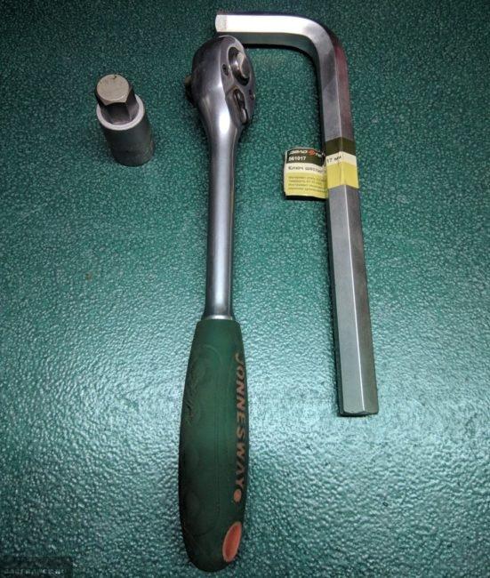 Ключи для отворачивания сливной пробки в КПП автомобиля и трещотка