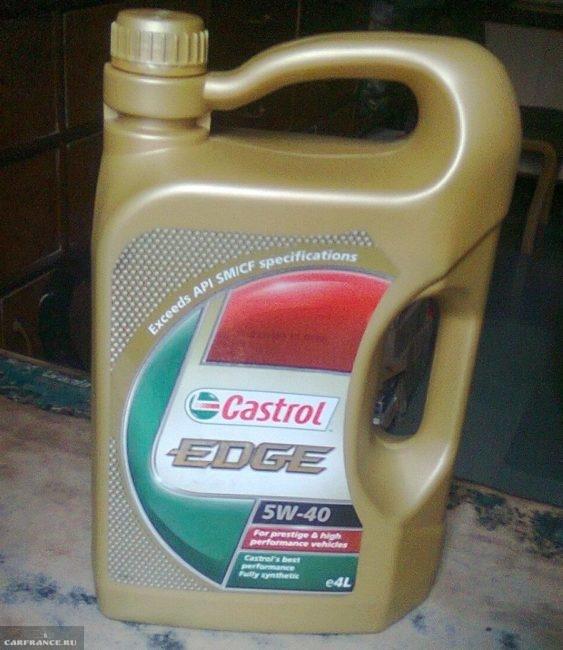 Четырехлитровая канистра с маслом Кастрол EDGE 5W-40