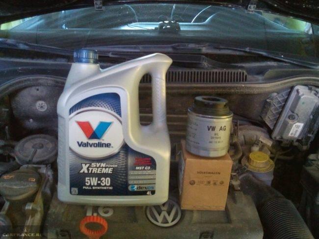 Моторное масло 5w-30 на крышке двигателя Фольксваген Поло седан 1,6 л
