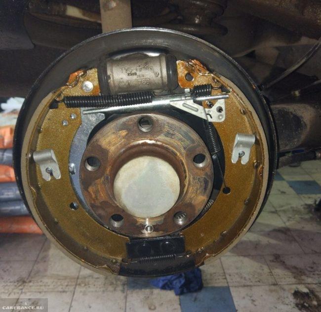 Новые стопорные скобы на тормозных колодках заднего колеса автомобиля Фольксваген Поло седан