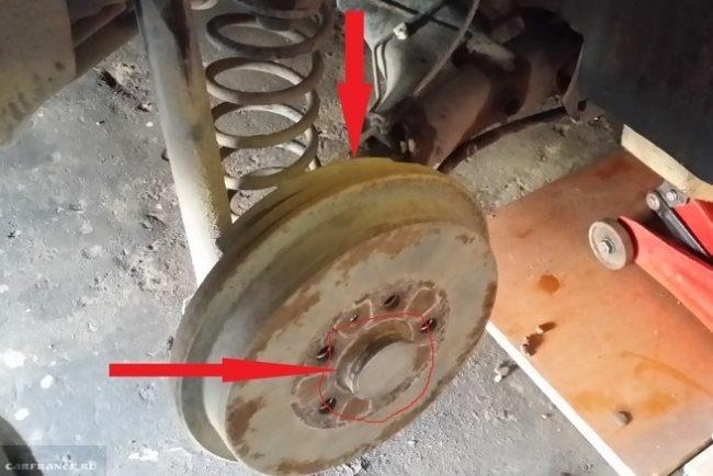 Направление удара киянкой для снятия заднего барабана на Фольксваген Поло седан