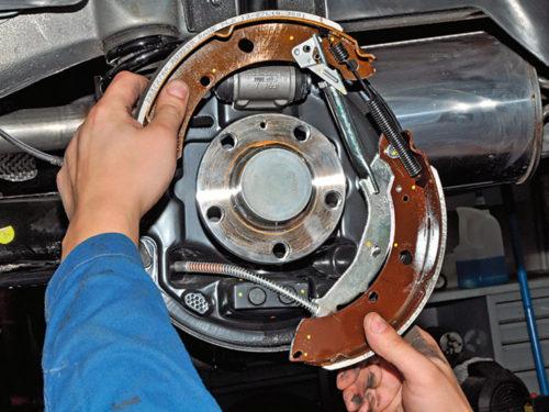 Снятие тормозных колодок с поршней колесного цилиндра на Фольксваген Поло седан
