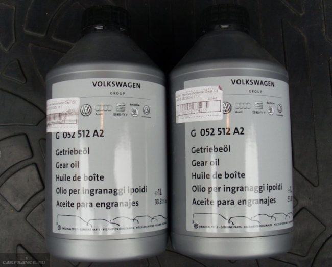 Две пластиковые емкости серого цвета с фирменным маслом G052512A2 для Фольксваген Поло седан