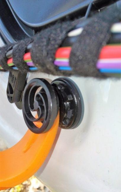 Установка клипсы дверной обшивки на автомобиле Фольксваген Поло седан