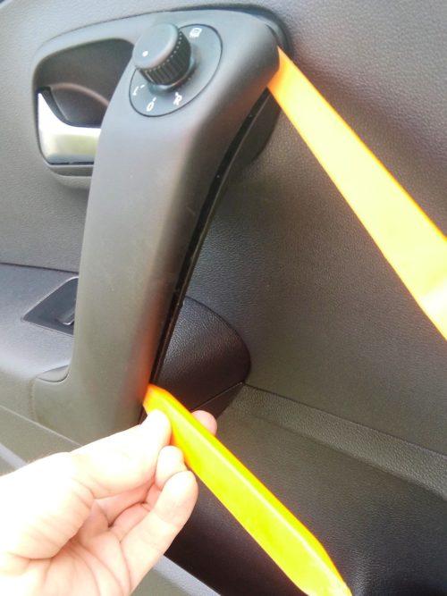 Снятие накладки на ручке водительской двери на Фольксваген Поло седан