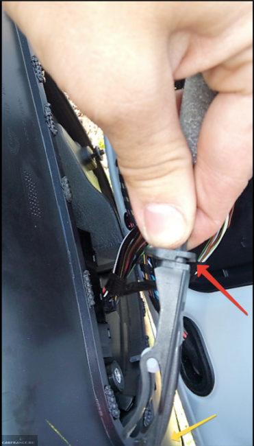 Снятие тросика дверной ручке с обшивки на автомобиле Фольксваген Поло седан