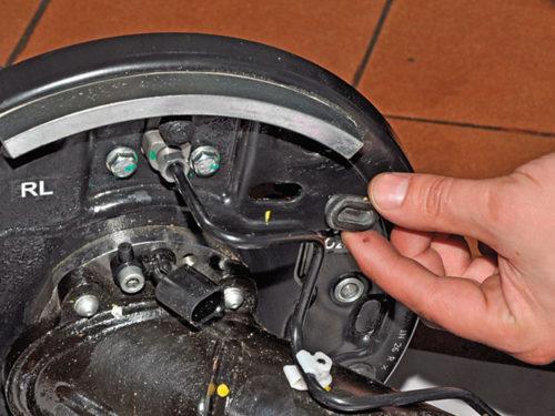 Заглушка на регулировочном отверстии храпового механизма задних тормозных колодок на Фольксваген Поло седан