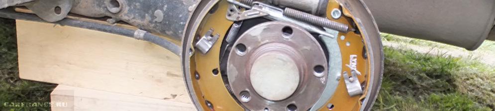 Снятый тормозной барабан колодки демонтированы заднее колесо Фольксваген Поло