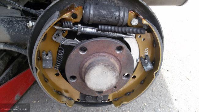 Тормозной механизм заднего колеса на седане Фольксваген Поло после установки новых колодок