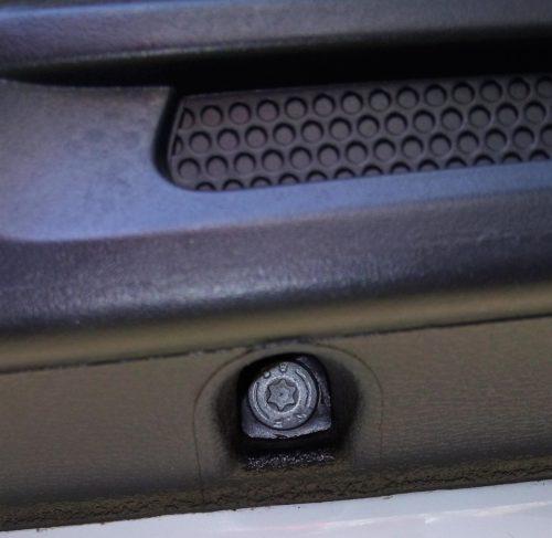 Болт нижнего крепления обшивки двери на Фольксваген Поло седан