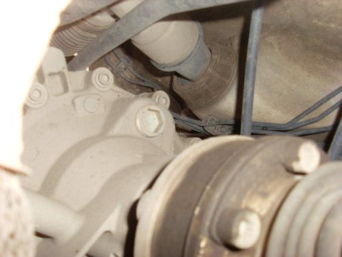 Верхняя часть механической коробки передач с пробкой заливного отверстия на Фольксваген Поло седан